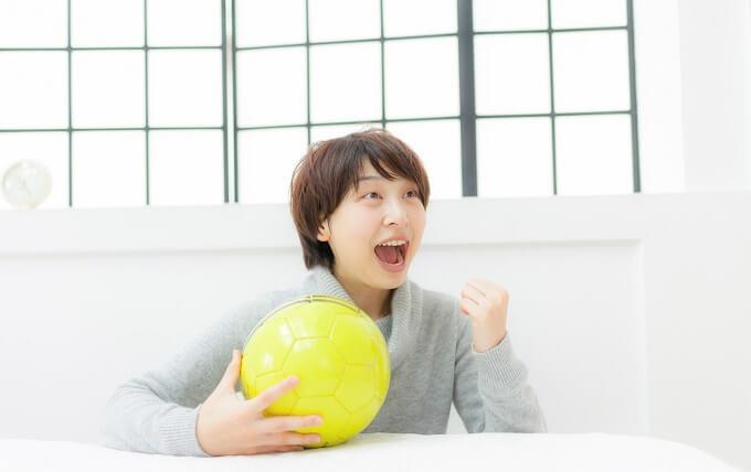 女性とサッカーボール