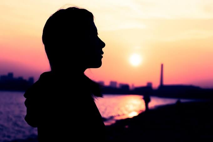 夕日と女性のシルエット