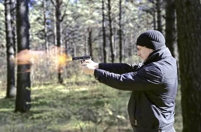 銃を撃つ男性