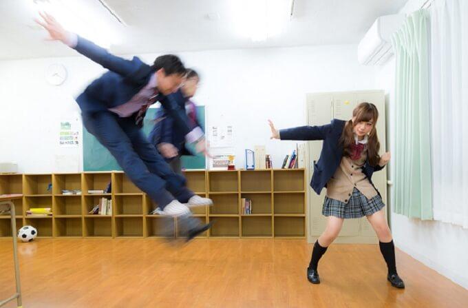人を吹き飛ばす女子高校生