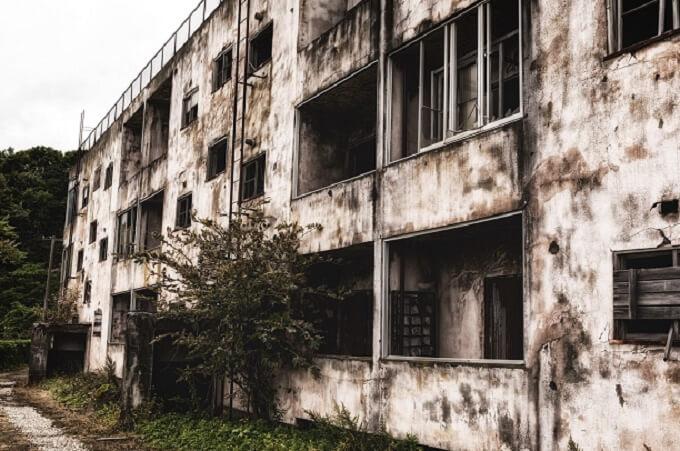 廃墟マンション