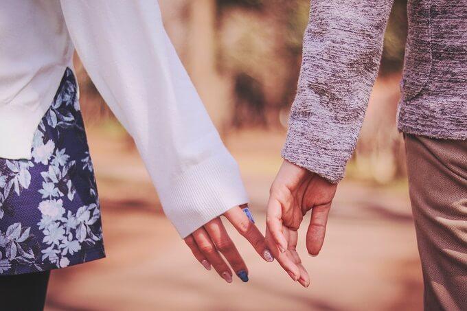 手をつなぎそうなカップル