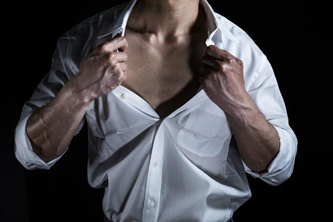 男性の胸元