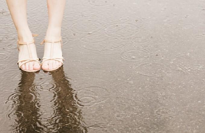 水たまりと足
