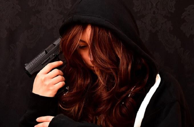 銃を持つ女性