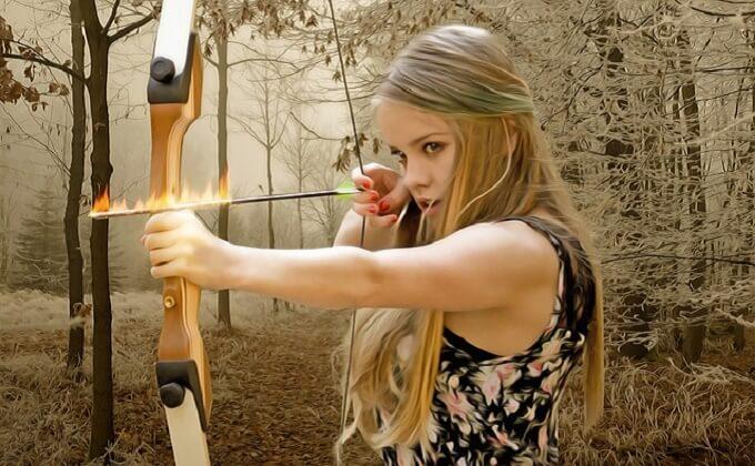 弓矢を弾く女性