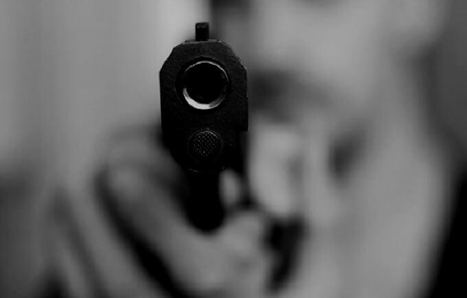 拳銃を向ける男性